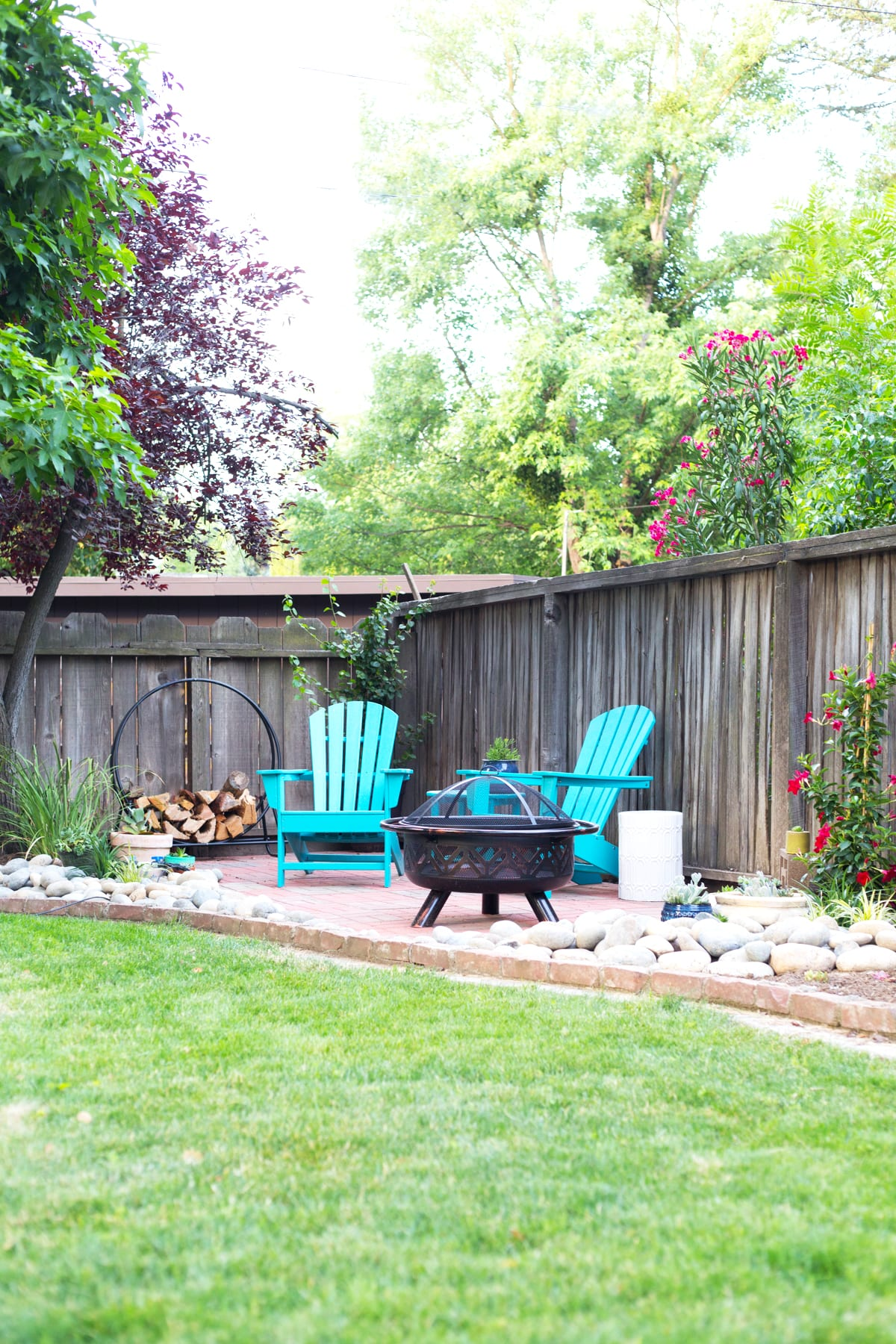 Diy backyard patio lovely indeed for Patio and landscaping ideas