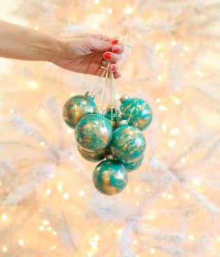 Simple Christmas Ornament Gifts // Gold Marbled Ornaments