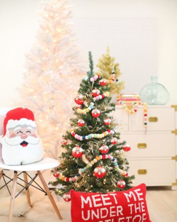 Christmas decoration idea: a mini tree in the kids' room