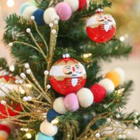Christmas decoration idea: a mini tree in the kids' room