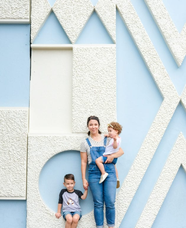 How to Take Awesome Disneyland Family Photos thumbnail