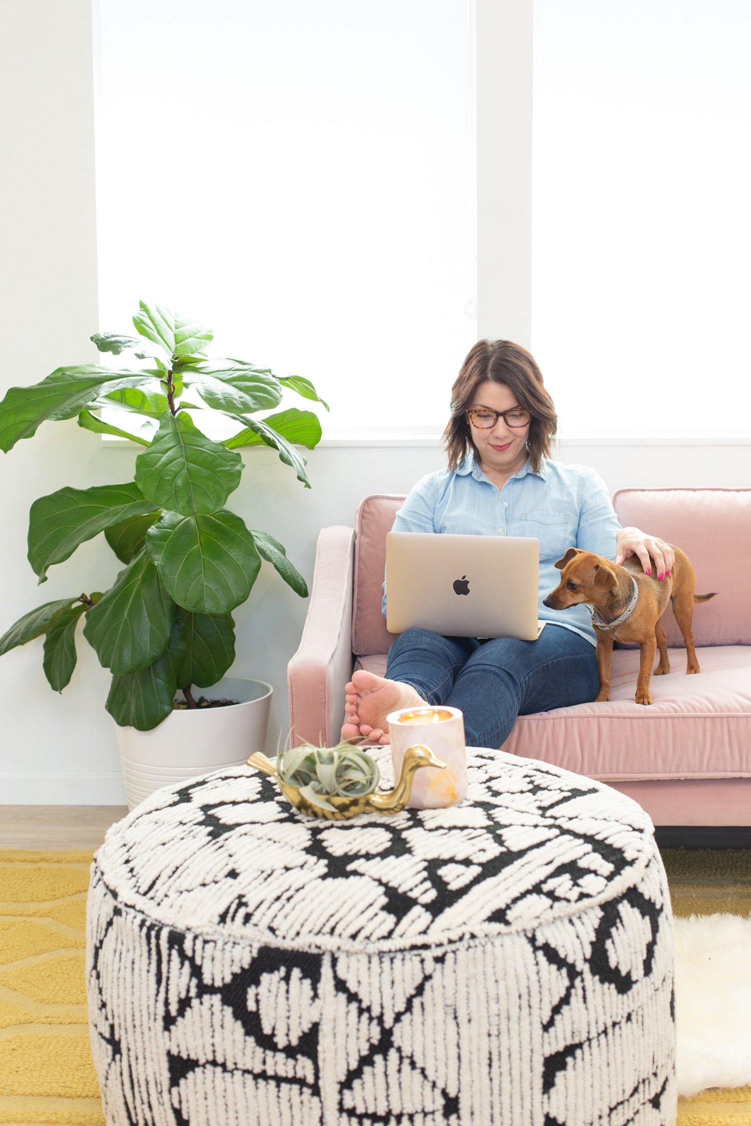 Rózsaszín kanapé ülősarok egy otthoni irodában
